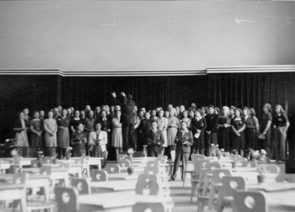 Rafael Schächter dirigeant une répétition du Requiem de Verdi à Terezín © Fondation Terezín